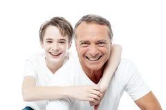 父亲和儿子的微笑的射击 免版税库存照片