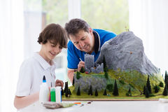 父亲和儿子研究建立模型项目 库存照片