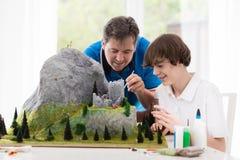 父亲和儿子研究建立模型项目 图库摄影