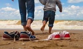父亲和儿子结构在海边 免版税库存照片