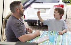 父亲和儿子营地的 免版税库存照片