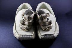 父亲和儿子鞋子 图库摄影