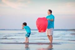 年轻父亲和儿子飞行一起射击灯笼 免版税库存图片