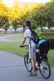 父亲和儿子婴孩自行车椅子的在自行车乘坐 免版税图库摄影
