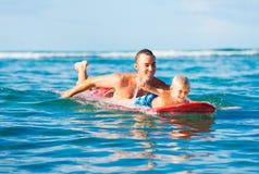 父亲和儿子去的冲浪 免版税库存照片