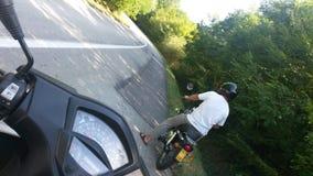 父亲和儿子滑行车乘驾 图库摄影