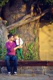 父亲和儿子画象在老树前面 库存照片
