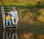 父亲和儿子去钓鱼在湖,在ri的家庭度假 库存照片