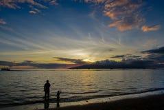 父亲和儿子Lahaina的靠岸在日落 免版税图库摄影