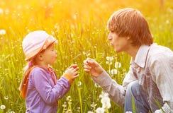 父亲和女儿一个步行夏日 图库摄影