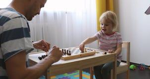 父亲和女儿一起消费时间和下棋 影视素材