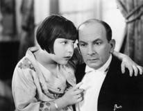 父亲和女儿互相谈话在客厅(所有人被描述不更长生存,并且庄园不存在 补助 免版税库存照片