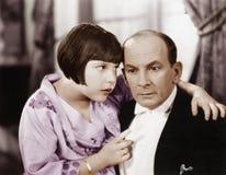 父亲和女儿互相谈话在客厅(所有人被描述不更长生存,并且庄园不存在 补助 免版税库存图片