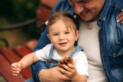父亲和女儿份额爱 免版税库存图片
