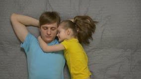 父亲和女儿休息 影视素材