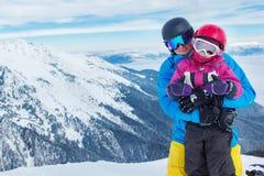 父亲和女儿冬天山的 免版税库存照片