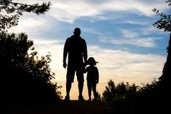父亲和女儿剪影 库存照片