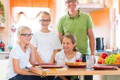 父亲和女儿厨房吃的健康 免版税图库摄影