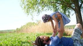 父亲和女儿在公园 股票视频