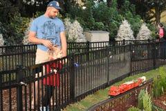 父亲和女儿在国际推进地区的看微型火车 免版税库存照片