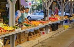 父亲和女儿在罗阿诺克市农夫市场上 免版税库存照片