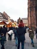 父亲和女儿在choulders走的圣诞节市场上 免版税库存照片
