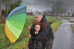 父亲和女儿多暴风雨的天气的 库存照片