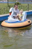 父亲和女儿小船的 免版税库存图片