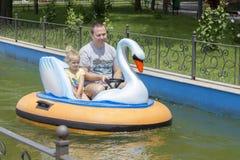 父亲和女儿小船的 免版税库存照片