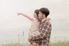 父亲和女儿幸福的至多在草甸 库存照片