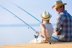 父亲和女儿捕鱼 免版税图库摄影