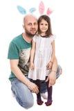 父亲和女儿有兔宝宝耳朵的 免版税图库摄影