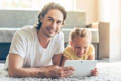 父亲和女儿有小配件的 免版税库存照片