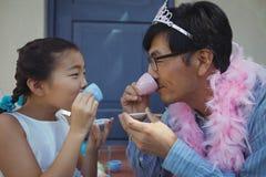 父亲和女儿有神仙的服装的茶会 库存照片