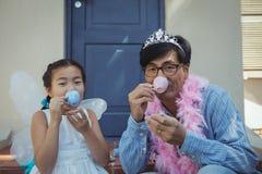 父亲和女儿有神仙的服装的茶会 免版税图库摄影