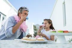 父亲和女儿有神仙的服装的茶会 免版税库存图片