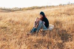 父亲和女儿根据太阳 免版税库存照片