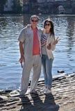 父亲和女儿步行的 库存照片