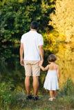 父亲和女儿河的 库存图片