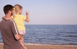 父亲和女儿海岸的 免版税库存图片
