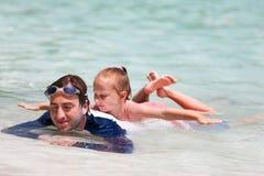 父亲和女儿海滩假期 库存照片