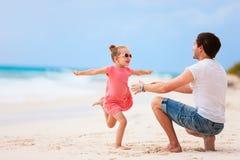 父亲和女儿海滩的 图库摄影
