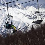 父亲和女儿滑雪吊车的好晴天 库存图片
