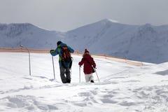 父亲和女儿滑雪胜地的在降雪以后 免版税图库摄影