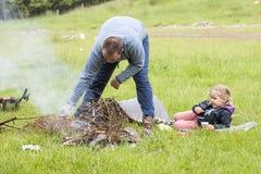 父亲和女儿狂放的 图库摄影