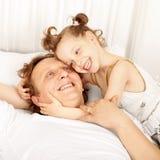父亲和女儿笑 图库摄影