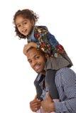 父亲和女儿肩膀乘驾微笑 免版税库存图片