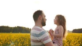 父亲和女儿花田的 缓慢的mo 股票录像