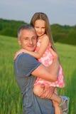父亲和女儿领域的 免版税库存图片