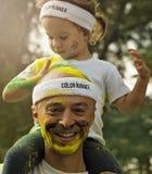 父亲和女儿颜色奔跑的布加勒斯特